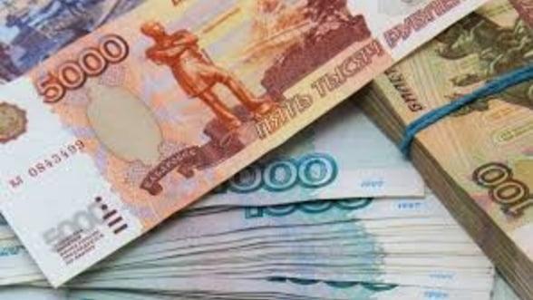 Rubla reia declinul fata de dolar, pe fondul ingrijorarilor privind noi sanctiuni