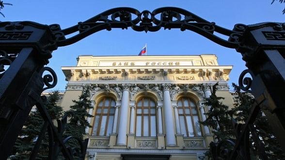 Rusii retrag miliarde de dolari din bancile din Vest, in asteptarea sanctiunilor economice