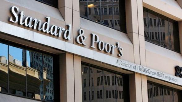 S&P retrogradeaza 15 grupuri bancare din Italia
