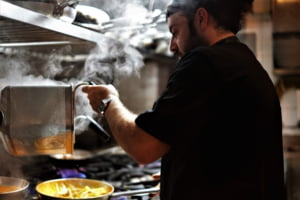 Salariile din HoReCa. Cât câștigă un bucătar și de ce nu se găsesc chelneri și barmani