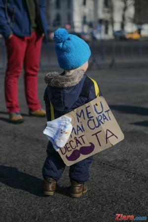 Salvati Copiii: Potrivit legii, cei mici au libertatea de a participa la manifestatii publice, fara limita de varsta