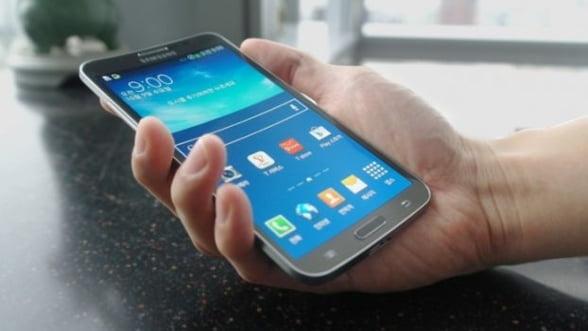 Samsung lanseaza joi primul smartphone cu ecran curbat