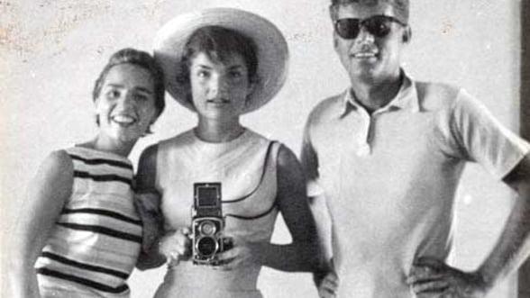 Selfie, cuvantul anului, la moda si acum 60 de ani. Jacqueline Kennedy s-a fotografiat in oglinda