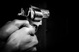 Senat: Demnitarii, magistratii si politistii pot cumpara arme letale fara sa faca vreun curs de instruire