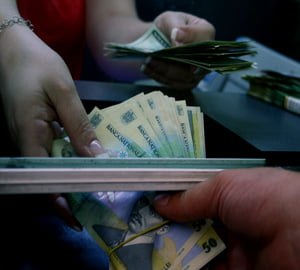 """Speculatorii fac presiuni """"enorme"""" pentru deprecierea cursului valutar"""