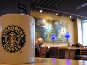 Starbucks, in gari si aeroporturi
