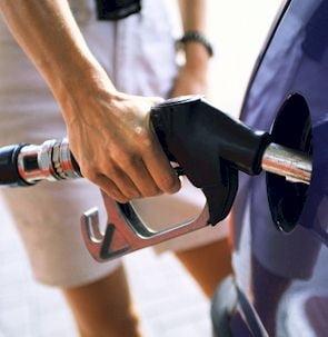 Statul incaseaza in continuare taxa de un cent pe litru