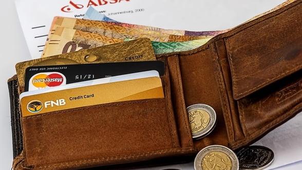 Stilul cashless e benefic. Cardurile bancare scot la suprafata economia neagra a Greciei