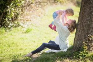 Stimulentul de reinserţie oferit mamelor s-ar putea majora de la 650 la 1.500 de lei