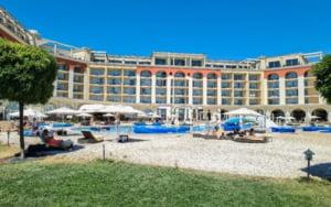 """Surprizele de care a avut parte o vedeta TV din Romania, in vacanta la un hotel de 5 stele din Bulgaria: """"Plaja noastra e inchisa because of Covid-19. Cum?"""""""