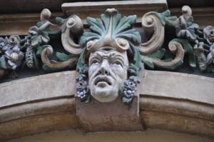 Sute de cladiri istorice din centrul Timisoarei se afla in proprietatea unor clanuri de rromi. Cum au pus mana pe ele