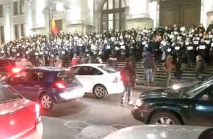 Sute de magistrati protesteaza pe treptele Curtii de Apel Bucuresti: Sunt sustinuti cu aplauze si claxoane de trecatori