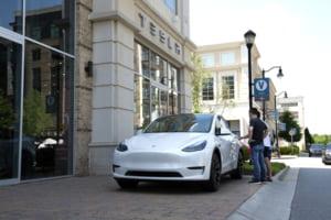 Tesla a fost gasita vinovata pentru reducerea intentionata a vitezei de incarcare a bateriei. 16.000 de dolari pentru fiecare client afectat