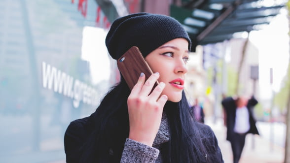 Tinerii investesc primele economii preponderent in telefoane mobile si accesorii (Studiu)