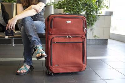 Tot mai multi tineri pleaca din Romania si lasa in urma o tara imbatranita si o economie subreda