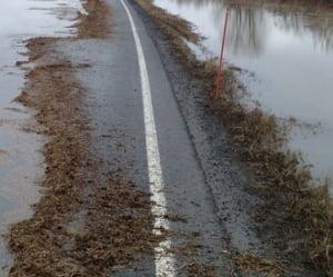 Traficul rutier este in continuare oprit pe trei drumuri nationale din cauza inundatiilor