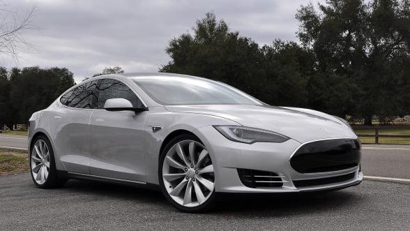 Un automobil Tesla de peste 100.000 de dolari, cumparat cu 91 de bitcoini