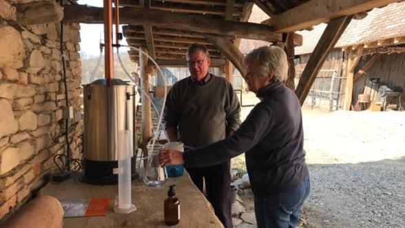 Un britanic face dezinfectant dupa reteta OMS si il da gratuit comunitatii sale din Saschiz