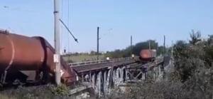 Un pod despre care se stia ca are probleme s-a rupt sub un tren de marfa. 5 vagoane au cazut intr-o rapa, un parau a fost poluat