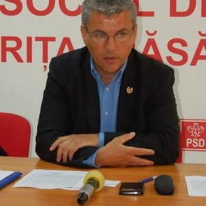 Un senator PSD spune ca homosexualii care merg pe strada de mana ii incalca libertatea