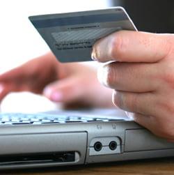 Unul din zece romani detine un card de credit
