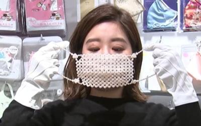 VIDEO Cum arata mastile cu perle, diamante si cristale, in valoare de 10.000 de euro, puse in vanzare in Japonia