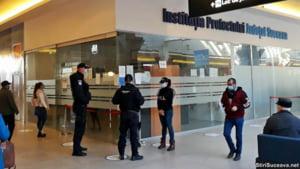 """VIDEO Un milion de euro gasiti la politistii si functionarii implicati in """"fabrica de permise auto"""" din Suceava. Banii erau aruncati in ligheane si galeti sau ascunsi in pereti"""