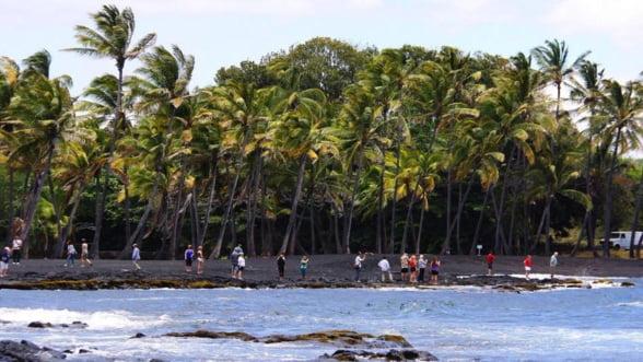 Vacanta de iarna: Relaxeaza-te pe nisipul negru din Hawaii