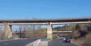 Valea Prahovei: Pilonul unui pod CFR care sta pe un bloc de sare pune in pericol circulatia pe DN1
