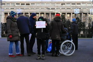 Vine Craciunul, protestatarii colinda Guvernul: Am iesit sa protestam. Jos, jos sa ii dam. Ca baronii nu se lasa. Jos, jos sa ii dam
