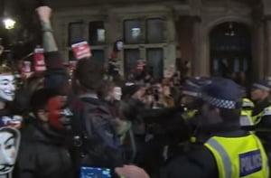 Violente la Londra in timpul unui mars anticapitalist: Politisti spitalizati, zeci de oameni arestati (Video)