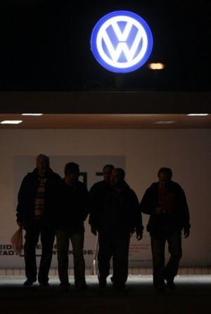 Volkswagen da afara 16.500 de angajati temporari, la nivel global
