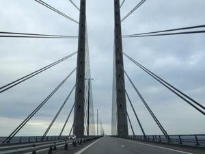Vopsirea podului dintre Danemarca si Suedia va dura 13 ani: Muncitorii vor sta suspendati de o macara deasupra marii