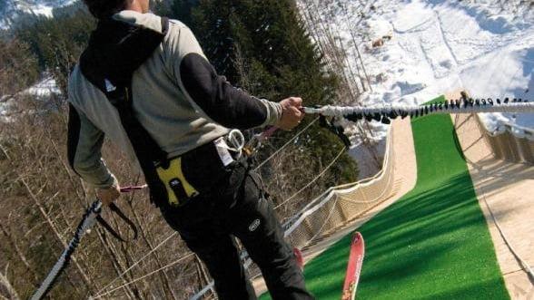 Vrei adrenalina maxima? Combina schiul cu bungee jumping
