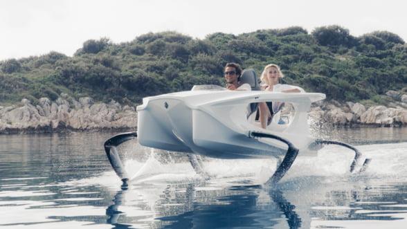 Zboara pe deasupra apei intr-un nou catamaran electric