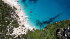 Zeci de oameni au primit amenzi de pana la 3.000 de euro pentru ca au luat nisip si scoici de pe plajele din Sardinia