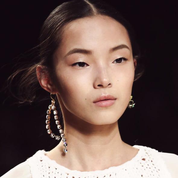 Cercei neasortati Vogue moda 2015 Ce se poarta in 2015! Cerceii neasortati, platformele si dantela revin la moda!