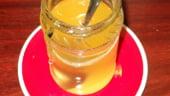"Albinele mor de foame, mierea romaneasca dispare treptat. In schimb, se importa ""in draci"""