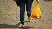 De la 1 ianuarie se interzice comercializarea pungilor din plastic cu maner. Iohannis a promulgat legea