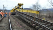Probleme in traficul rutier si feroviar, din cauza unui tren deraiat si a alunecarilor de teren