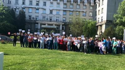 Protest la Spitalul Fundeni si ultimatum pentru Guvern: Pe 2 mai facem greva. Vom pleca si mai multi in strainatate!
