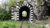 Calatorie pe cea mai veche cale ferata din Romania. Trenul are banci de lemn si soba