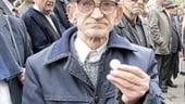 Guvernul vrea sa taie facilitatile pensionarilor la transport si sa reduca bursele