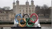 JO 2012: Regina Marii Britanii a intampinat flacara olimpica la castelul Windsor