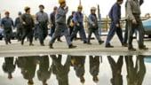 Muncitorii romani vor continua sa plece din tara, alungati de criza