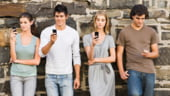 Cat timp petrec americanii pe mobil - studiu