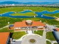 Cum a fost scos la vânzare din greșeală cel mai mare resort de golf din România. Cine a realizat investiția de 15 milioane de euro inaugurată de Klaus Iohannis FOTO