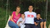 Ponta, selfie de duminica alaturi de Daciana si copii, la cules de rosii (Galerie foto)
