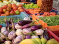 Comerciantii de legume si fructe din piete sunt controlati si amendati. Ce nereguli au gasit inspectorii in ultimele zile