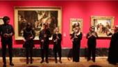 Bresa de securitate la Buckingham: O trupa a cantat neinvitata in galeria reginei (Video)